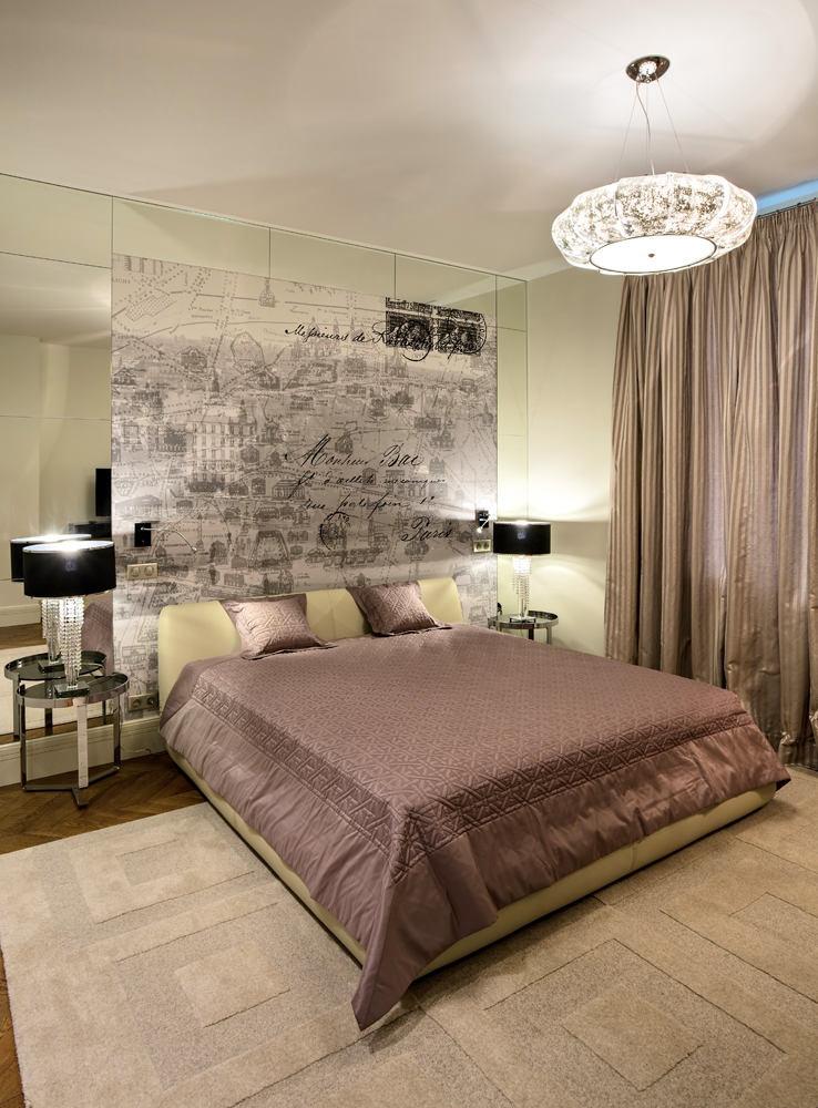 5-light-traditional-style-interior-design-beige-gray-pink-bedroom-Paris-map-wall-mural-mirror-panels-black-bedside-lamps-rug-oak-parquet-metal-bedside-tables