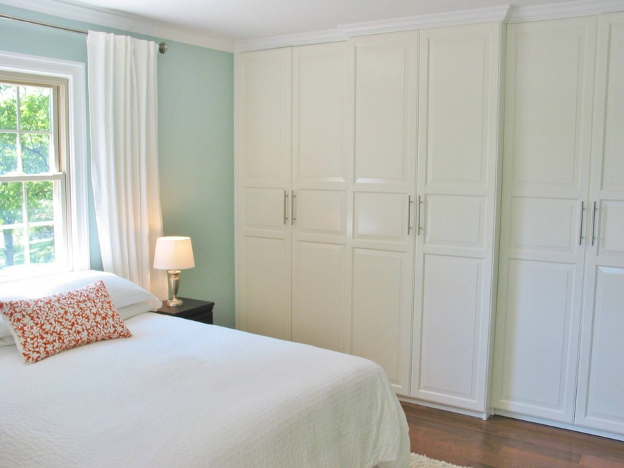 6-built-in-closet-bedroom-interior-sheer-curtains-white-bed-cover-red-throw-pillow-blue-walls