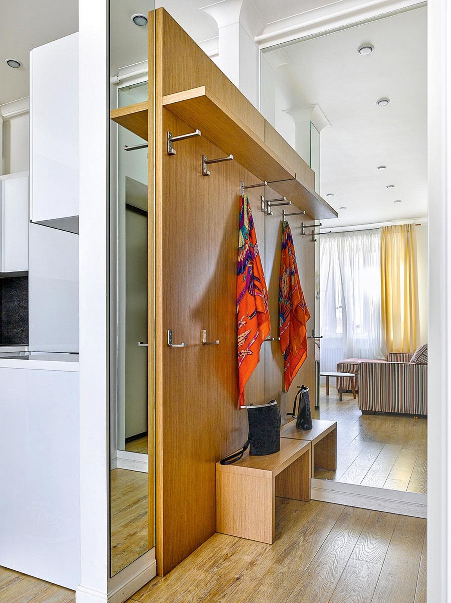 7-1-one-room-apartment-interior-design-ideas-mudroom-entrance-hall-hallway-big-mirror-full-length-floor-to-ceiling-mirrored-wall-mirror-wall-panels-bench-coat-rack