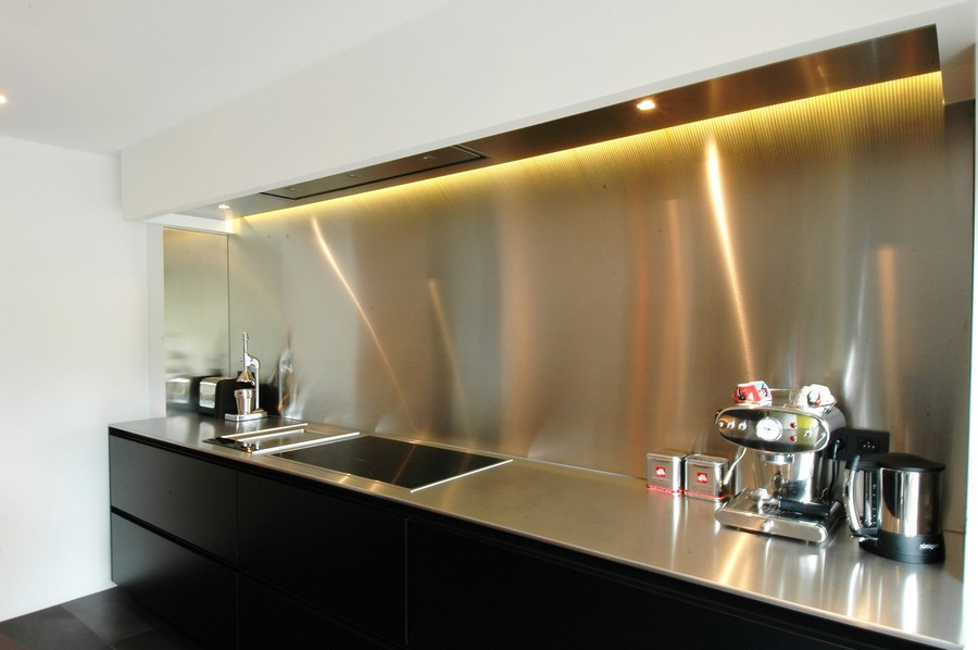 8-original-creative-kitchen-backsplash-ideas-in-interior-design-stainless-steel-worktop-countertop-brutal-industrial-style-black-base-top-white-cabinets-LED-lighting-dark-floor