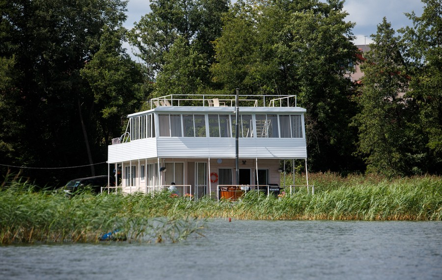0-float-house-sailing-house-houseboat-exterior-design
