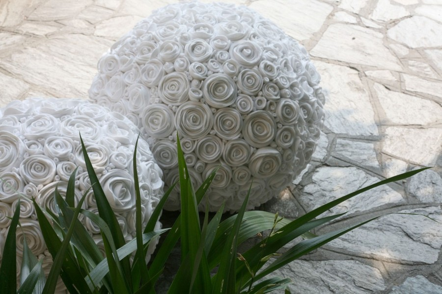 1-2-zero-waste-target-production-of-furniture-from-recycled-waste-13-Ricrea-Italy-decorative-white-rose-balls