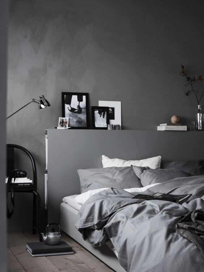 1-black-walls-black-walled-room-in-interior-design-bedroom-gra-bed-linen-minimalism-minimalist-style