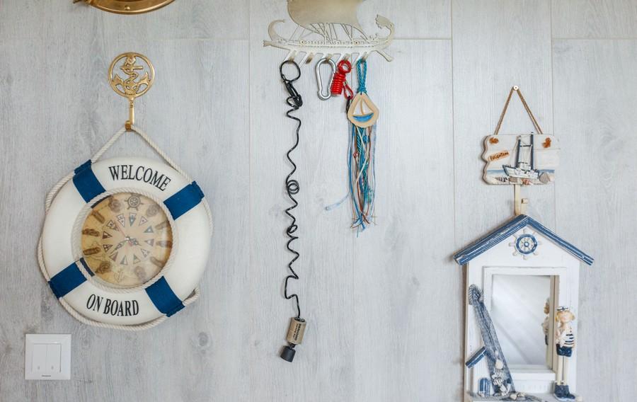 11-houseboat-float-house-interior-design-in-nautical-style-light-laminate-walls-decor-sailing