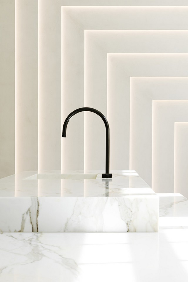 2-minimalism-minimalist-style-interior-design-decor-white-walls-marble-wall-sinkl-wash-basin-black-faucet-geometrical-wall-decor