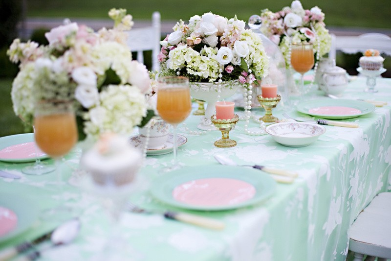 3-2-outdoor-wedding-in-the-garden-decoration-ideas-beautiful-decor-table-setting-pink-candles-flowers
