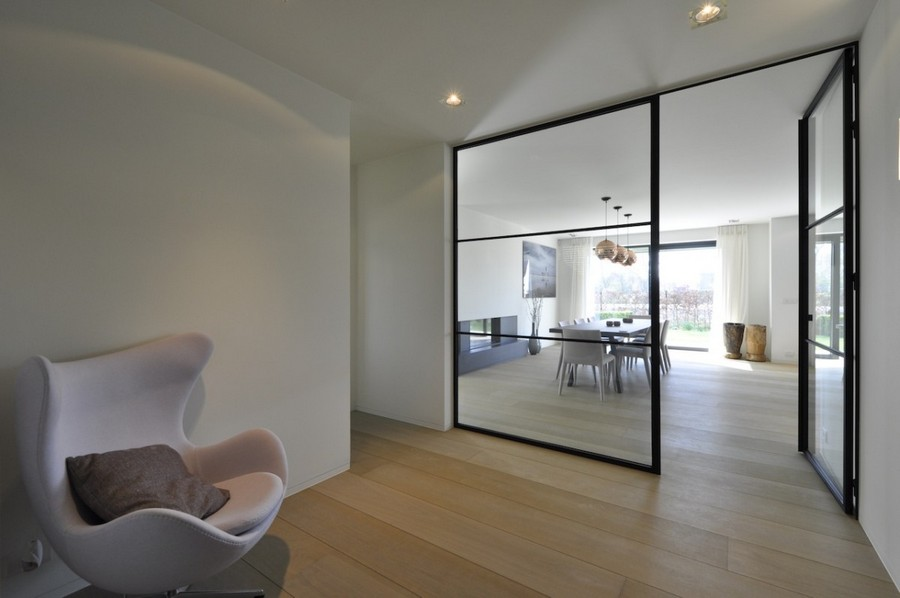 4-3-minimalism-minimalist-style-interior-design-decor-white-walls-living-room-glass-wall-door-arm-chair-with-ears-dining-table-chairs-panoramic-window