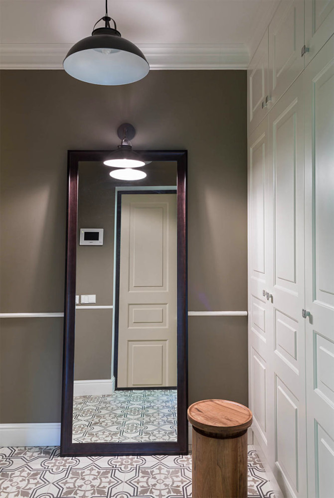 5-2-gray-and-white-interior-traditional-style-hallway-mudroom-corridor-entrance-hall-full-length-floor-standing-mirror-padded-stool-ottoman-white-built-in-closet-black-lamp