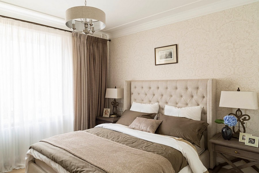 6-1-beige-interior-traditional-style-bedroom-chocolate-brown-nightstands-bedside-lamps-uphosltered-bed-capitone-headboard-bed-cover-wallpaper-chandelier