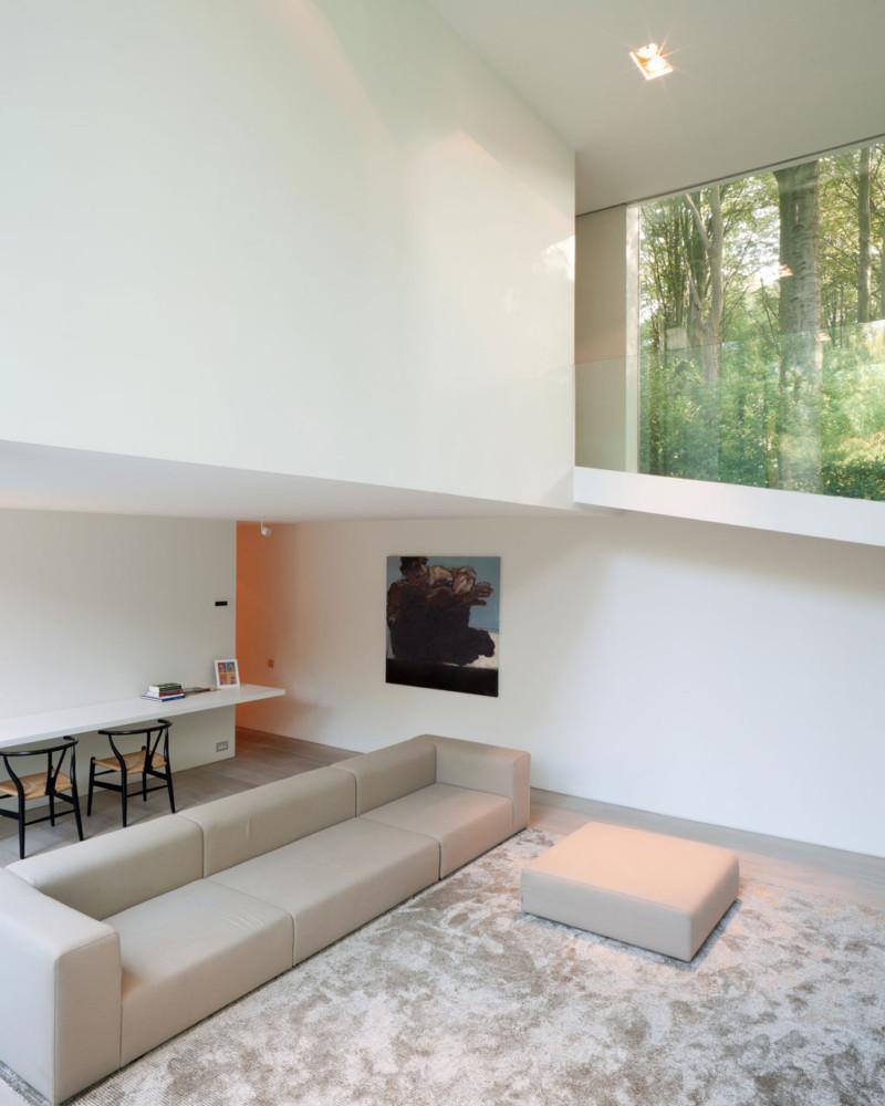 6-3-minimalism-minimalist-style-interior-design-decor-white-walls-living-room-big-window-carpet-big-gray-sofa-pastel-colors-dining-table