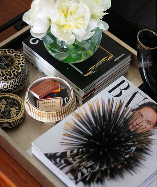 7-ideal-perfect-coffee-table-decor-composition-flowers-vase-books-jewelry-box-magazines-fashion-black-and-white-in-living-room-interior-design