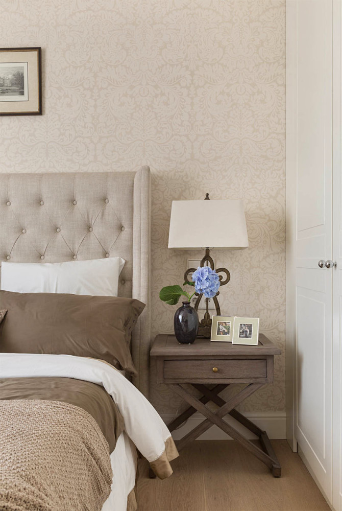 8-beige-gray-interior-traditional-style-bedroom-chocolate-brown-nightstand-bedside-lamp-uphosltered-bed-capitone-headboard-bed-cover-wallpaper-built-in-closet