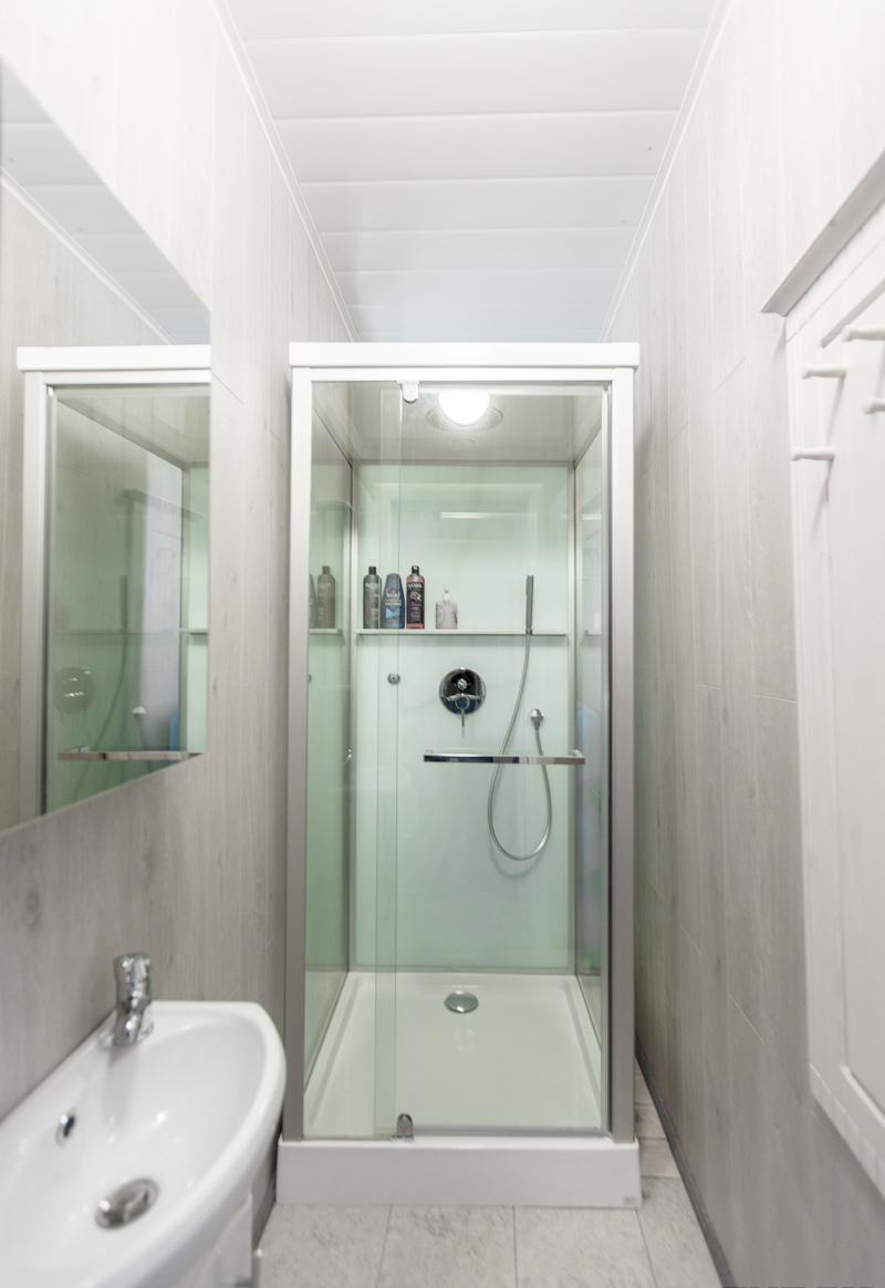 9-houseboat-float-house-interior-design-light-laminate-walls-larch-wood-floor-bathroom-walk-in-shower-cabin-sink-wash-basin-mirror