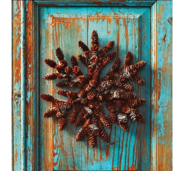 13-pinecones-pine-fir-spruce-cones-home-decor-Christmas-decoration-ideas-eco-style-entrance-door-vintage-shabby-paint-blue-wreath-snowflake-shaped