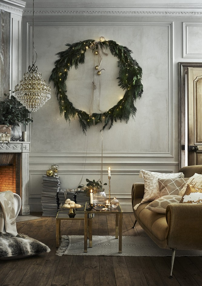 2-1-new-Christmas-2017-collection-of-home-decor-interior-design-by-H&M-Home-gray-beige-green-living-room-big-wreath-fireplace-chandelier-sofa-coffee-tables-wall-panelling