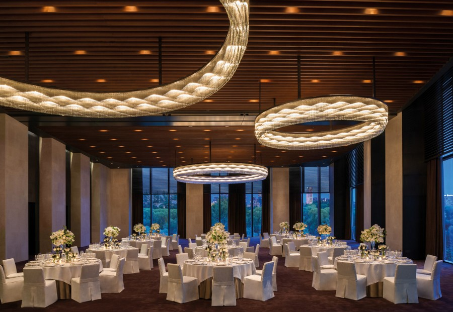 4-3-Bvlgari-hotel-beijing-luxurious-interior-design-China-ballroom-dining-room-restaurant-table-setting-white-flowers