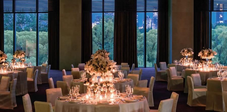 4-4-Bvlgari-hotel-beijing-luxurious-interior-design-China-ballroom-dining-room-restaurant-table-setting-white-flowers