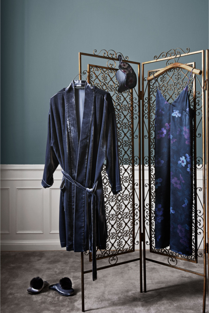 5-2-new-Christmas-2017-collection-of-home-decor-interior-design-by-H&M-Home-velvet-bathrobe-decorative-metal-wrought-screen-room-divider-green-wall-white-panelling