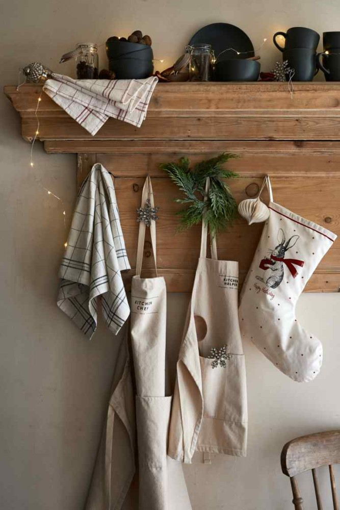 6-1-new-Christmas-2017-collection-of-home-decor-interior-design-by-H&M-Home-kitchen-aprons-socks-lights-tableware
