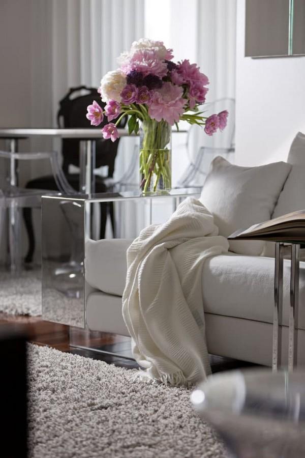 0-cozy-elegant-neo-classical-modern-black-and-white-interior-design-open-concept-living-room-Flexform-white-sofa-with-mirrored-arm-rest