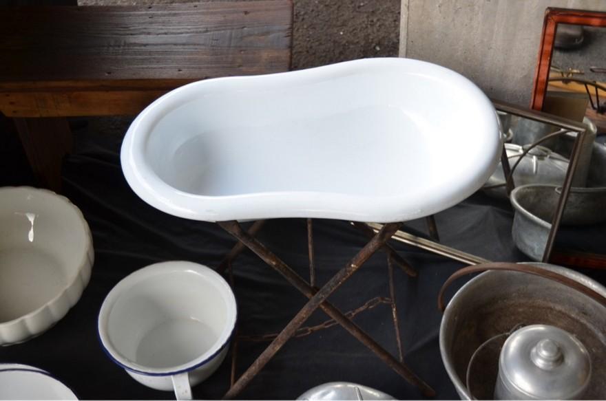 1-7-European-Italian-flea-market-photo-items-sale-antiquities-infant-baby-bath-tub