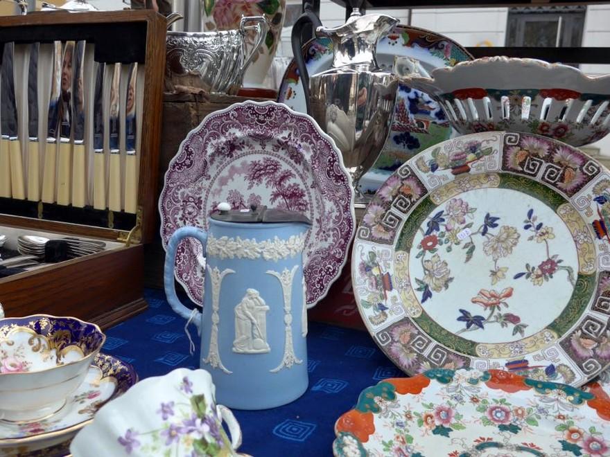 10-1-European-Italian-flea-market-photo-items-sale-antiquities-porcelain-china-tableware-plates-jug-bowls