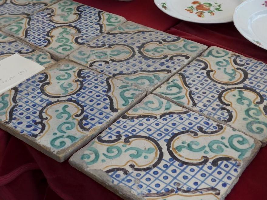 10-2-European-Italian-flea-market-photo-items-sale-antiquities-hand-made-glazed-tiles