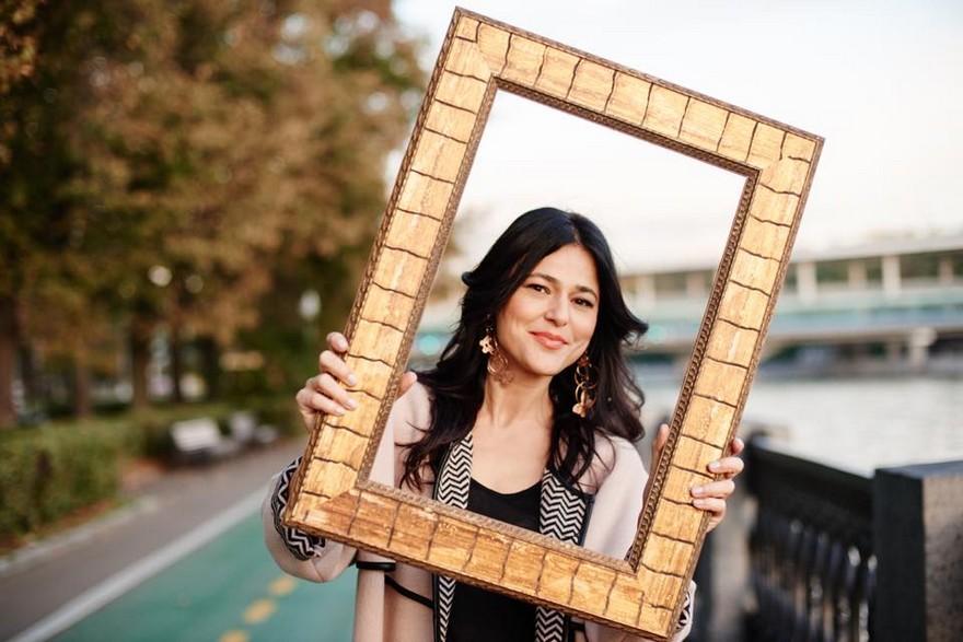 12-European-Italian-flea-market-photo-items-sale-antiquities-golden-mirror-frame-happy-buyer