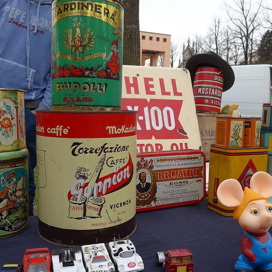 2-2-European-Italian-flea-market-photo-items-sale-antiquities-retro-cans-for-foodstuffs