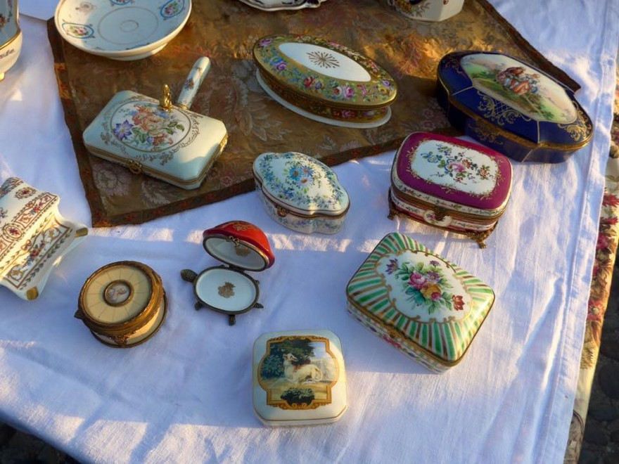 2-5-European-Italian-flea-market-photo-items-sale-antiquities-porcelain-china-glazed-small-jewelry-boxes