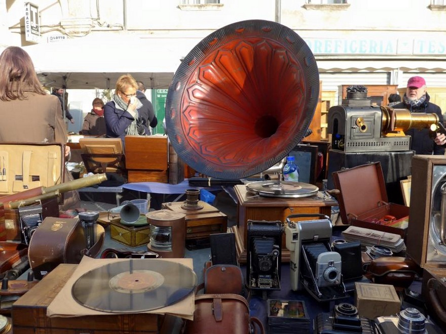 4-5-European-Italian-flea-market-photo-items-sale-antiquities-retro-gramophone-record-player-with-big-horn