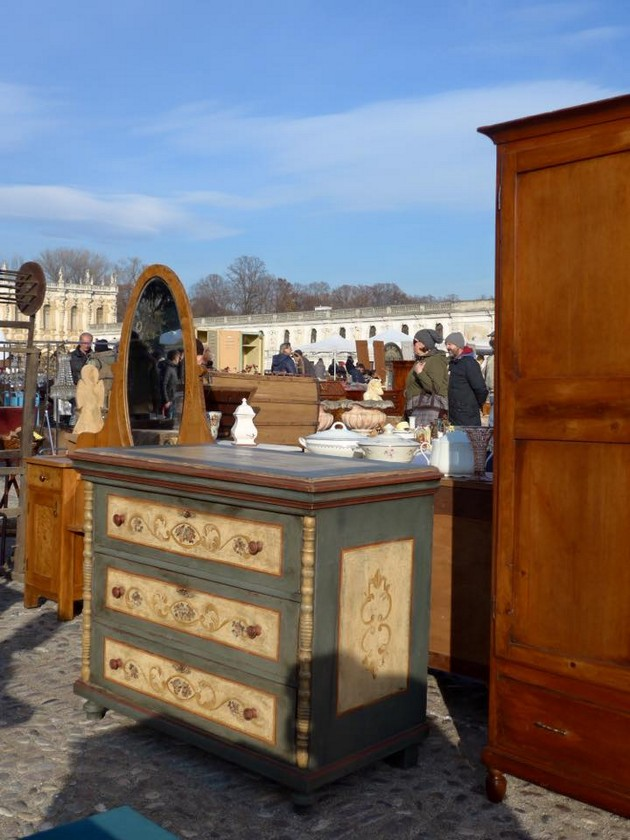 5-1-European-Italian-flea-market-photo-items-sale-antiquities-antique-furniture-chest-of-drawers-with-painted-drawers