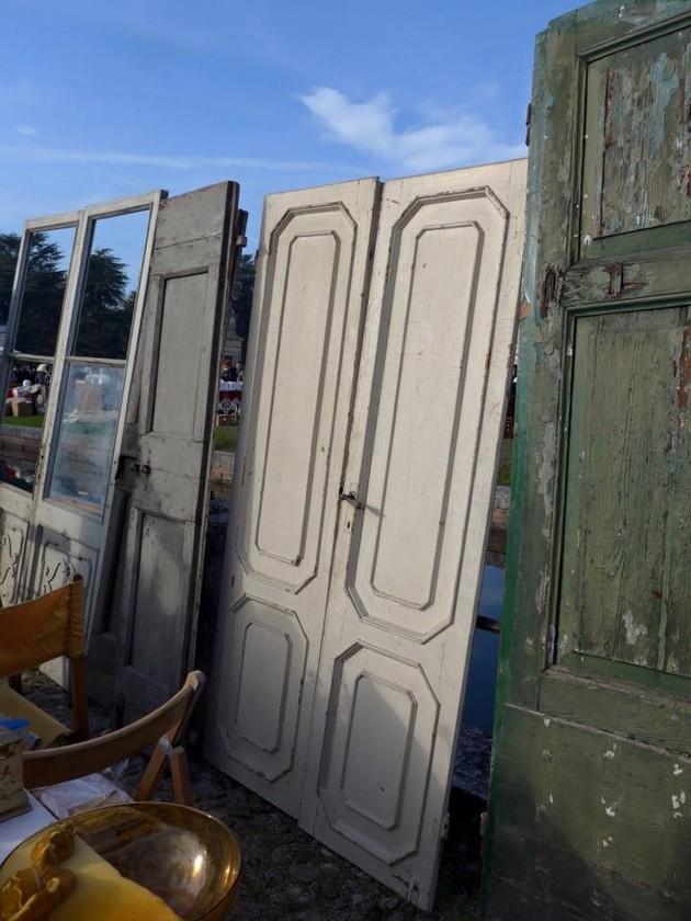 7-1-European-Italian-flea-market-photo-items-sale-antiquities-old-anique-doors