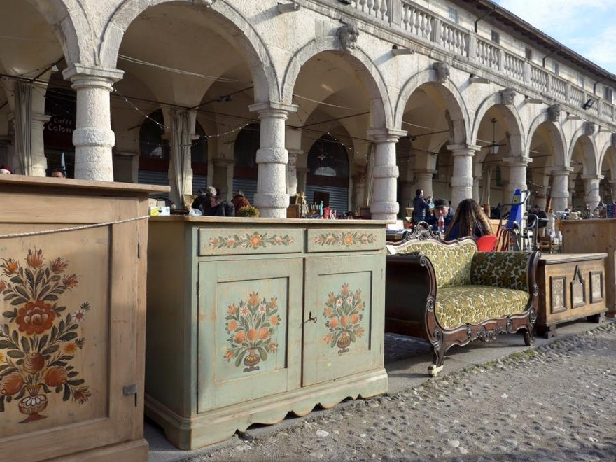7-2-European-Italian-flea-market-photo-items-sale-antiquities-antique-vintage-furniture-painted-chest-of-drawers-sofa