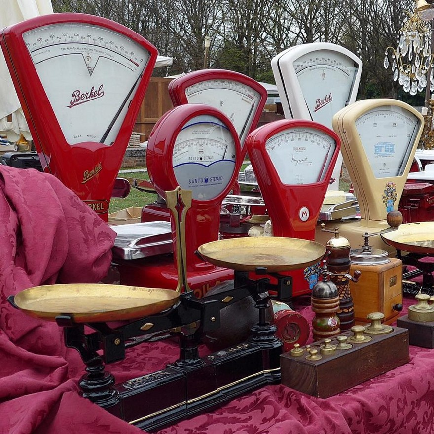 9-1-European-Italian-flea-market-photo-items-sale-antiquities-retro-vintage-red-scales