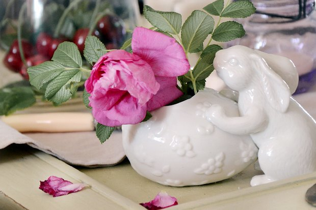 3-2-Easter-table-setting-ideas-table-decoration-Provence-style-porcelain-pink-flower-china-bunny